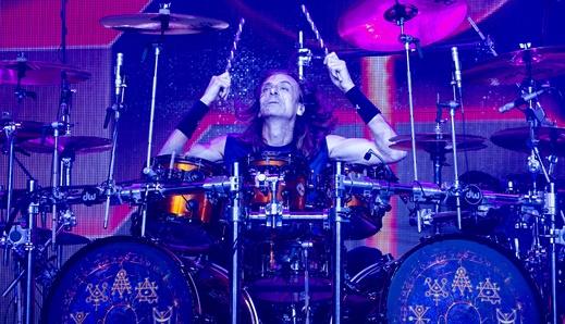 O eficiente baterista Scott Travis, que tem os minutos de fama ao anunciar a introdução de 'Painkiller'