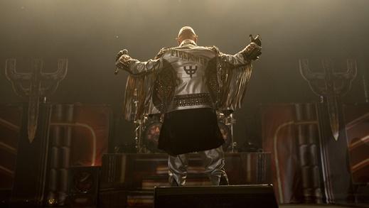 Rob Halford com o figurino alusivo ao novo álbum, prestes a iniciar a grande festa do heavy metal