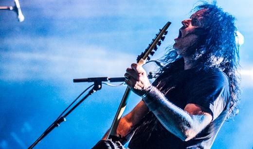 O guitarrista e vocalista Mille Petrozza comanda a plateia no show do Kreator no Rio, 26 anos depois