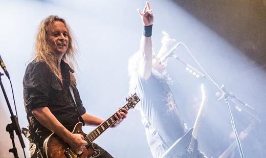 O guitarrista Sami Yli-Sirniö aceita o desafio de velocidade e agressividade, ao lado de Mille Petrozza