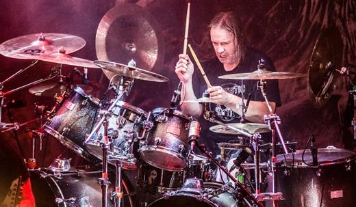O avassalador baterista Jurgen 'Ventor' Reil, em ótima forma depois de tantos anos de estrada