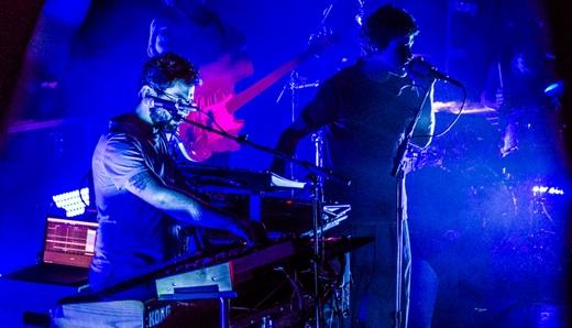 A dupla do MGMT lado a lado no palco, em um dos muitos momentos 'guitar free' da noite