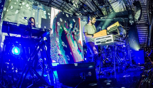 O visual psicodélico do palco do MGMT, com o uso de dois telões de diferentes tecnologias
