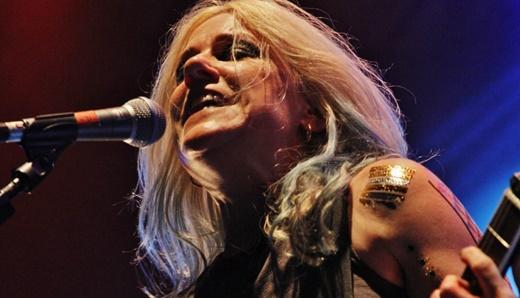 A provocadora vocalista e guitarrista do L7, Donita Sparks, em ótima forma, como há 25 anos
