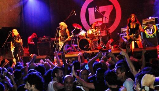 Vista do palco do L7 com o público agitando pra valer, uma constante durante toda a noite de sábado
