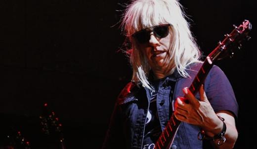 A guitarrista Suzi Gardner: poucos solos e muitos riffs distorcidos em volume ensurdecedor