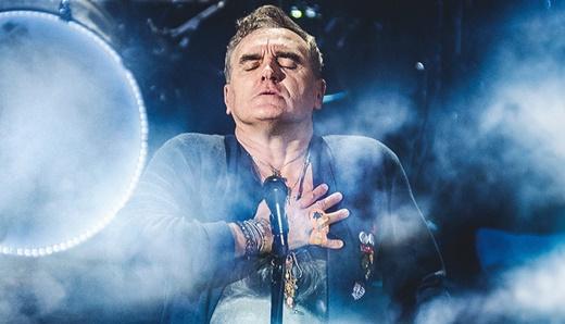 Com sentimento: Morrissey leva a mão ao peito e reforça que suas músicas vêm do fundo da alma