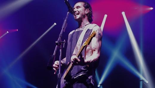 Gavin Rossdale encorpa o som do Bush como guitarrista, mas se destaca também como frontman