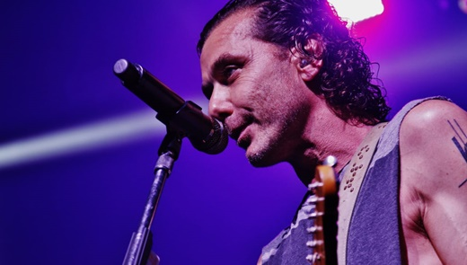 O vocalista, guitarrista e praticamente dono do Bush, Gavin Rossdale, mostra boa forma no show do Rio