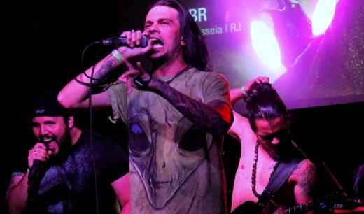 Os dissonantes vocalistas do Maieuttica, com o guitarrista dedilhando o coque do esmerado penteado