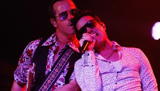Entrosamento total: o baixista Robert DeLeo e Jeff Gutt juntinhos no palco do Stone Temple Pilots