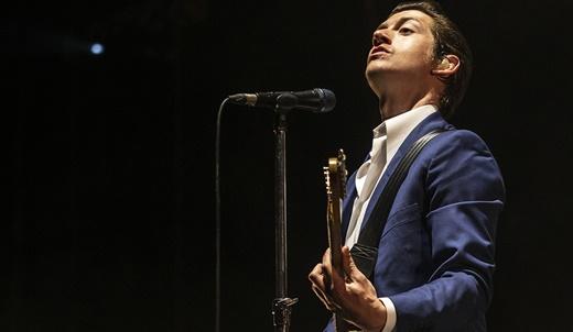 O vocalista do Arctic Monkeys, Alex Turner, toca guitarra em um momento em que não é 'crooner'