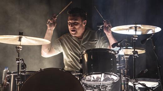 A mão pesada - e não é hoje - do baterista Matt Helders durante todo o show do Arctic Monkeys