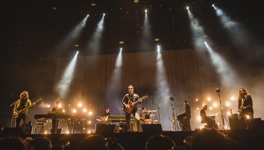 Músicos em dobro: vista geral do palco do Lollapalooza com o Arctic Monkeys em ação, na sexta