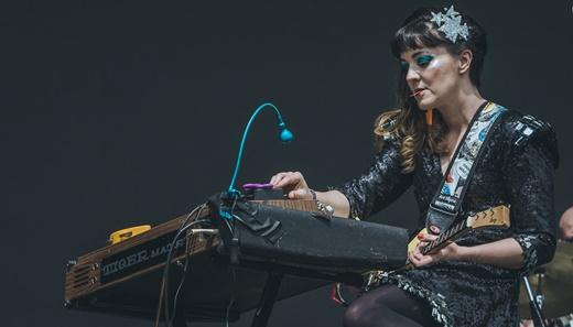 Erika Martins se vira como pode: além de cantar, toca teclados e mini guitarra em algumas músicas