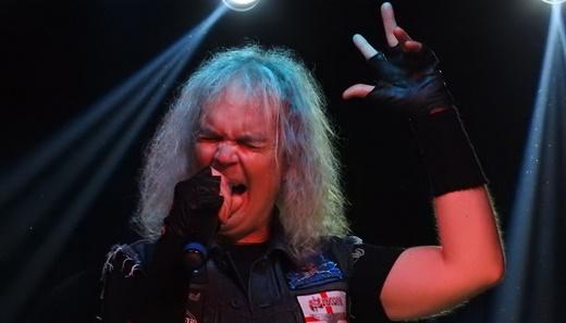 O líder do Grave Digger, Chris Boltendahl, único remanescente da formação original, com o gogó em dia