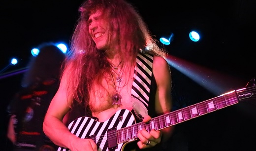 Todo trabalhado do hard rock, o guitarrista Axel Ritt termina o show tocando deitado o palco