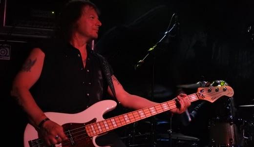 O veterano baixista Jens Becker com as linhas galopantes características do power metal alemão