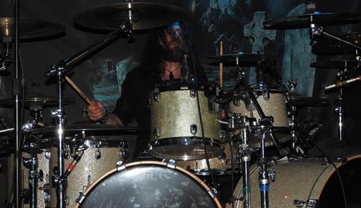 O baterista Marcus Kniep, caçula na banda, mantém a pegada indispensável ao metal do Grave Digger