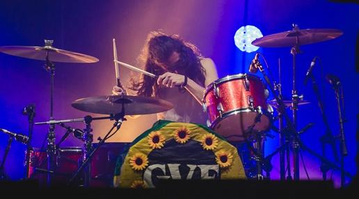 Danny Wagner e o detalhe da bateria com a bandeira do Brasil estilizada com flores e o logotipo