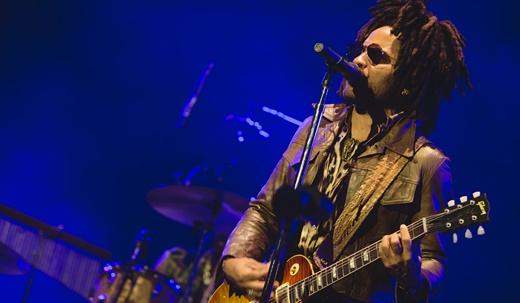 Lenny Kravitz canta e toca guitarra no show do palco principal do Lollapalooza neste sábado