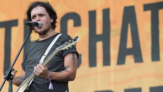 O rockstar João Lemos, do Molho Negro, ainda bem composto em um dos shows de abertura do Lolla 19