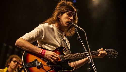 O Terno, do vocalista e guitarrista Tim Bernardes, fez o show de abertura com boa receptividade