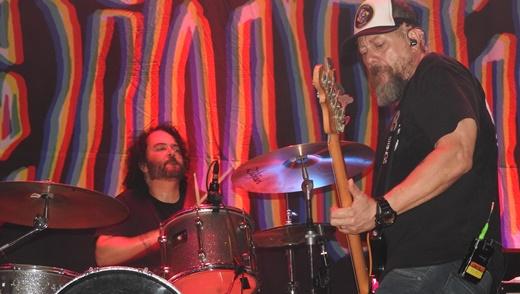 Juntos outra vez: o baterista da formação clássica, Fred, e o baixista e figuraça de plantão Canisso
