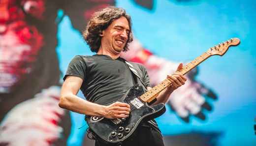 O líder do Snow Patrol, Gary Lightbody, toca guitarra durante a meia hora de show do grupo