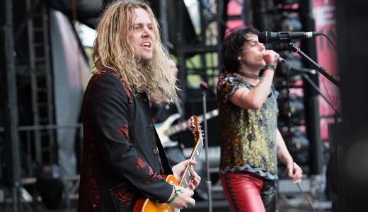 O guitarrista Adam Slack, a outra metade que emblematiza o Struts, toca ao lado de Spiller