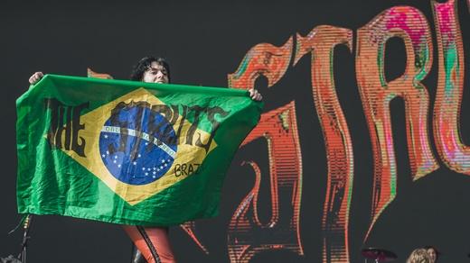 Spiller com a bandeira do Brasil estilizada com o nome The Struts, provavelmente presente de um fã