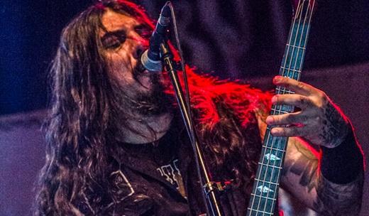 A agilidade manual do baixista do Krisiun, Alex Camargo, a cada show mais interativo com o público