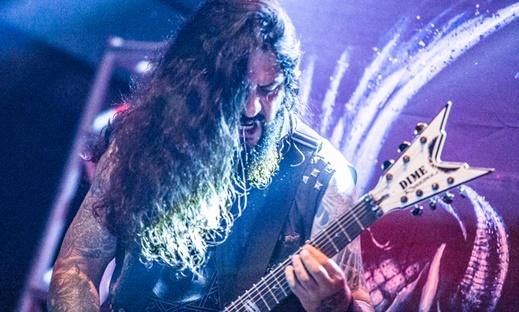 O guitarrista Moyses Kolesne, de gigantesca precisão na brutalidade musical proposta pelo Krisiun