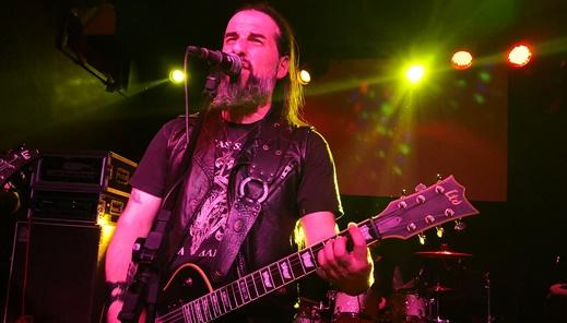 O gênio por trás do Rotting Christ, Sakis Tolis, canta, toca guitarra e anima o bem disposto público