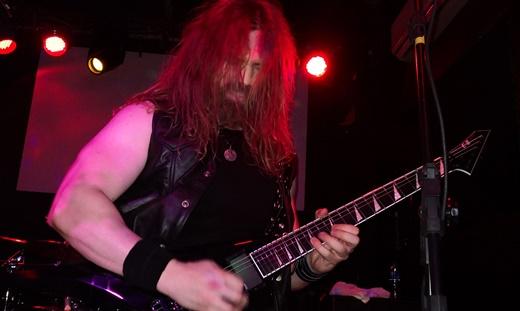 Um dos dois novatos na atual formação, o guitarrista Giannis Kalamatas, em noite inspirada