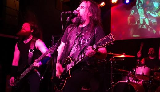 O baixista Stamatis Petrakos, também novato na banda, Sakis Tolis e o baterista Themis Tolis