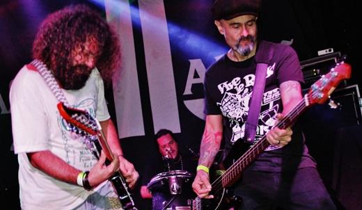Ladrão: o guitarrista Farrah Santo Sé e o baixista Olmar Lopes, com o batera Daniel Vitarelli no fundo