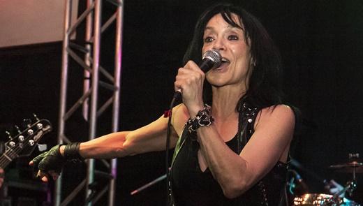 Leather Leone, também frontwoman do Chastain, cantando à frente de sua banda no Rio