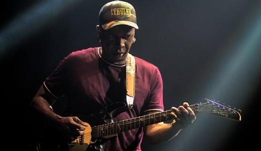 O endiabrado guitarrista Vernon Reid incrementou incríveis solos em quase todas as músicas do set