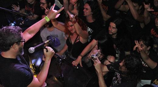 Vital faz o clássico símbolo (não só) do metal diante do público na beirada do palco do Odisséia