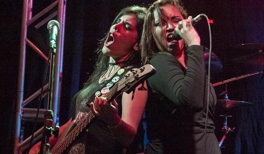 A baixista Nena Accioly e vocalista Verônica Vox em performance lado a lado no show do Melyra