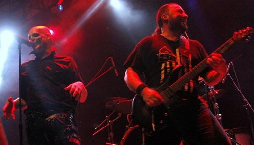 Graves ao lado do guitarrista Carlos 'Loki' Cofino: banda de apoio é entrosada e muito boa