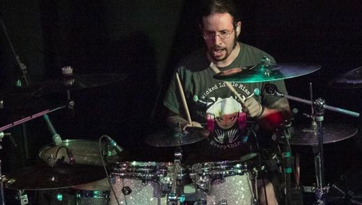 A precisão do ótimo baterista Mike Heller, que já tocou no Fear Factory, no Raven desde 2017