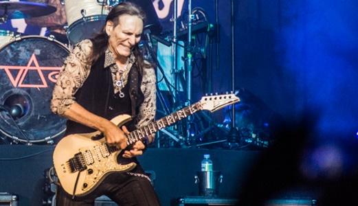 O aniversariante Steve Vai esmerilha a guitarra na noite de estreia do Rio Montreux Jazz Festival
