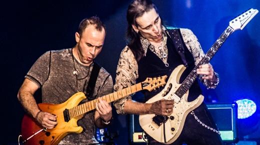 Vai duela com o bom guitarrista Dave Weiner, que ainda se vira nos teclados quando necessário