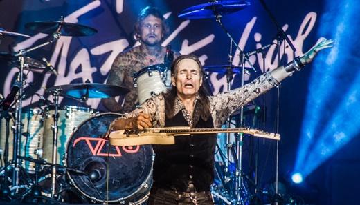 Steve Vai com a guitarra 'levitante' e o ótimo baterista Jeremy Colson e suas mãos pesadas no fundo