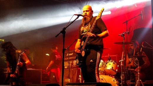 De novo com formação de trio, o Enterro, liderado pelo baixista e vocalista Alex Kafer, faz bonito