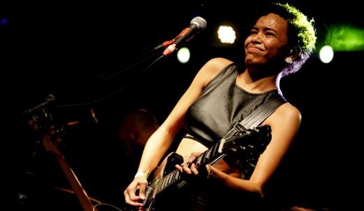 O feeling da ótima guitarrista Julianne Lima, uma das novidades da nova formação do Nove Zero Nove