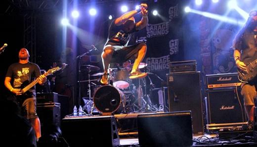 Marcelo Prol e seus saltos extraordinários no ótimo show do Pavio, uma das revelações da noite