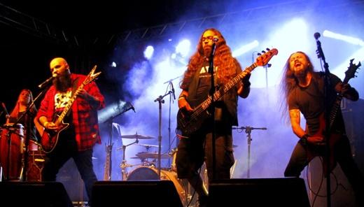 Show com a completa formação do Tamuya Thrash Tribe: metal pesado com percussão das boas
